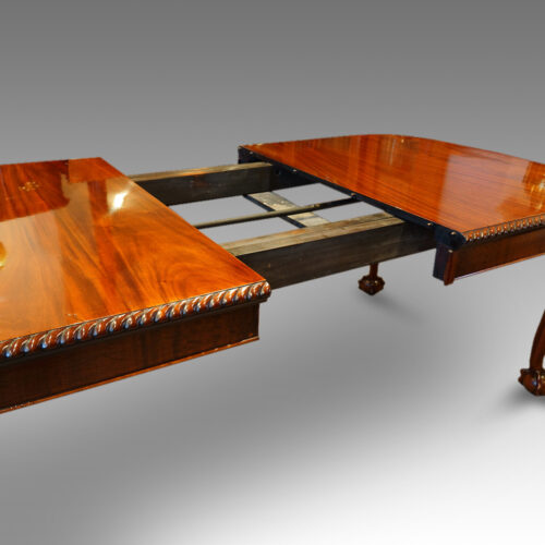 Dining room table extending mechanism