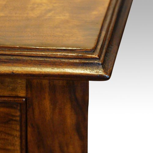 Walnut 12 sitting canteen of cutlery top moulding