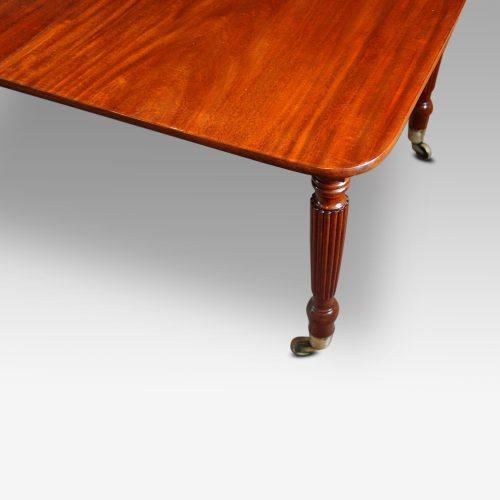 19thc. mahogany fluted leg extending dining table corner