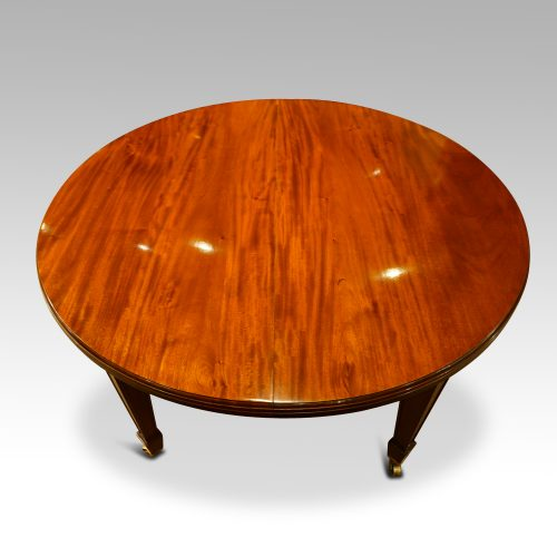 Edwardian circular mahogany dining table without leaves